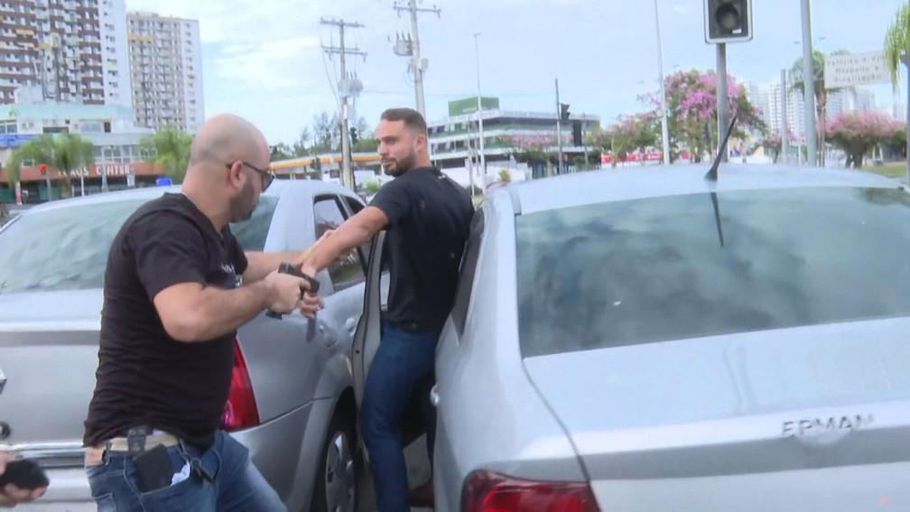 Policial rende Leonardo, que tentou fugir — Foto: Reprodução/TV Globo