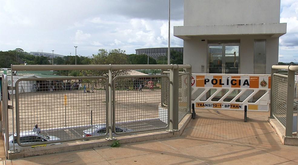 Elevador da Torre de TV, em Brasília, interditado com um cavalete de Polícia Militar por estar fora de serviço (Foto: TV Globo/Reprodução)