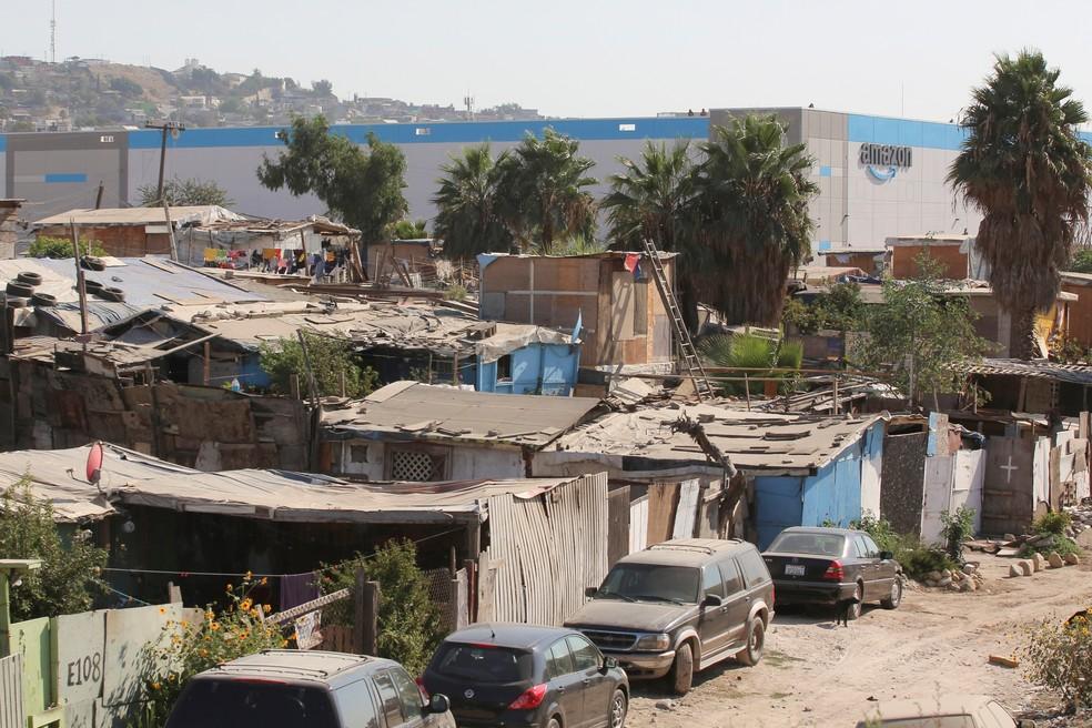 Gigantesco centro de distribuição da Amazon em Tijuana contrasta com a pobreza que o cerca. — Foto: Jorge Duenes/Reuters