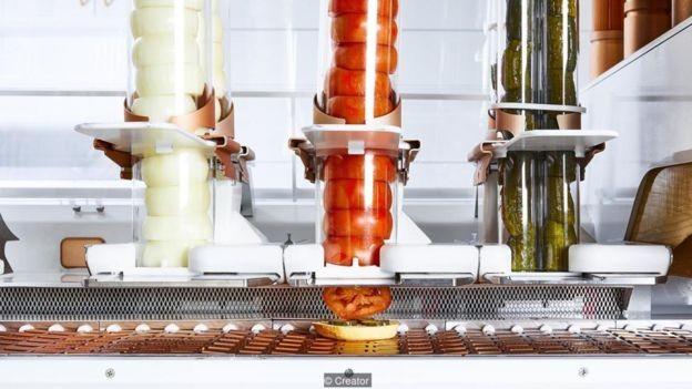 Robôs fazem de tudo: desde moer a carne e moldar os hambúrgueres até fatiar tomates, ralar queijo e colocar mostarda (Foto: The Creator via BBC News Brasil)