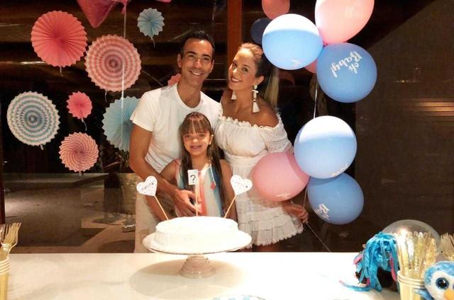 Ticiane Pinheiro, o marido, o jornalista César Tralli, e a filha de 9 anos, Rafa no chá revelação (Foto: Arquivo pessoal)