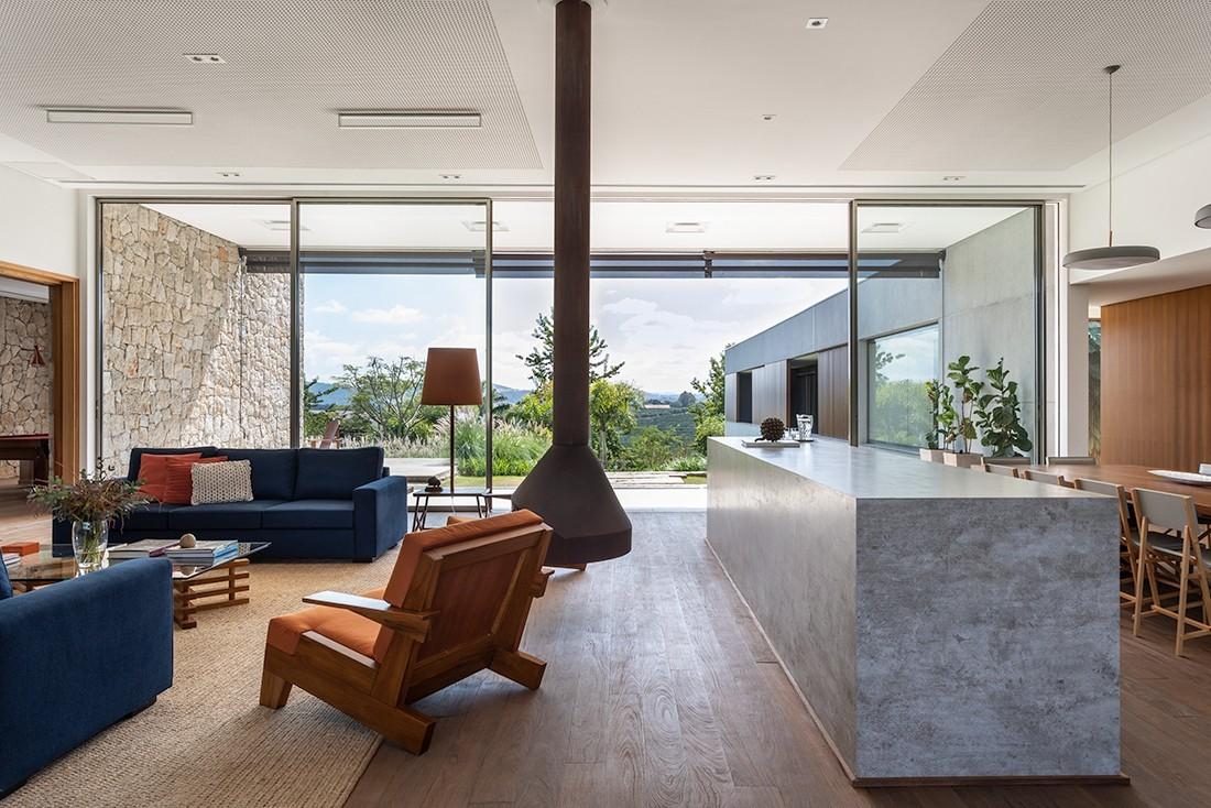 Com as áreas integradas e no mesmo nível, a circulação pela casa é mais livre. O piso e o forro de madeira são da PauPau (Foto: Evelyn Müller / Divulgação)