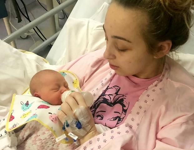 Ebony levou um susto quando acordou do coma e soube que tinha uma filha (Foto: SWNS: SOUTH WEST NEWS SERVICE)