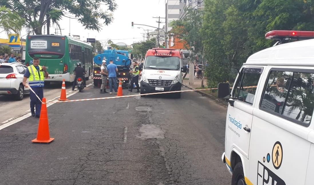 Motociclista morre em acidente com caminhão em Porto Alegre