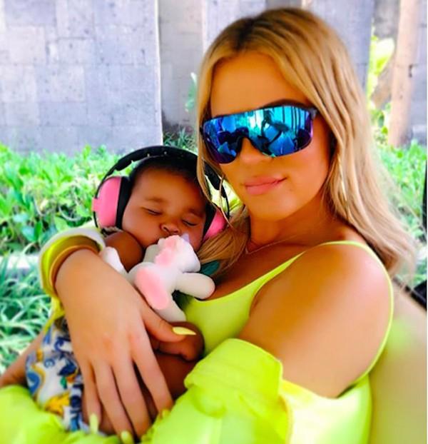 A socialite Khloé Kardashian com a filha (Foto: Instagram)