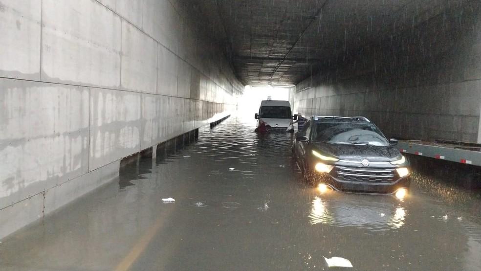 Carros ficam em alagamento no túnel da Avenida Borges de Melo em Fortaleza — Foto: Halisson Ferreira/Sistema Verdes Mares