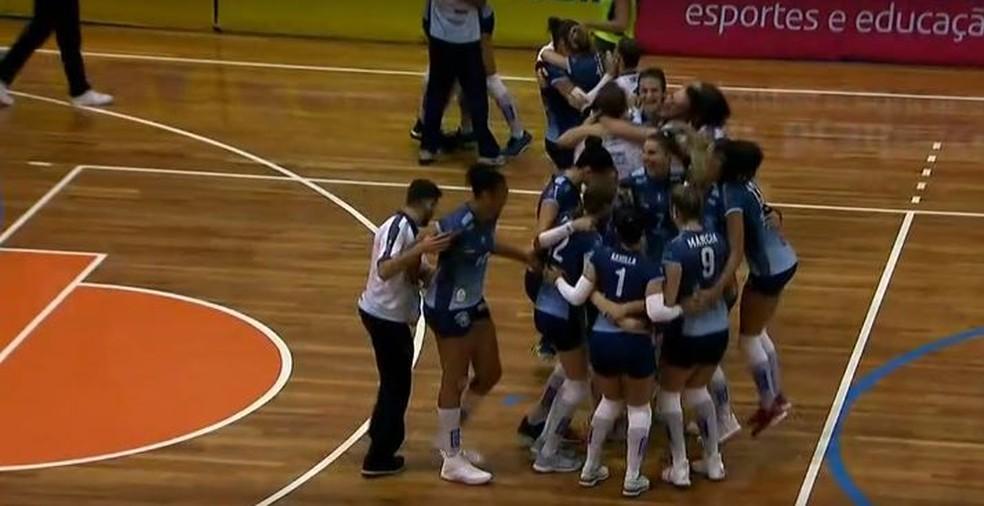 Valinhos comemorou muito o retorno à Superliga  — Foto: Reprodução / SporTV