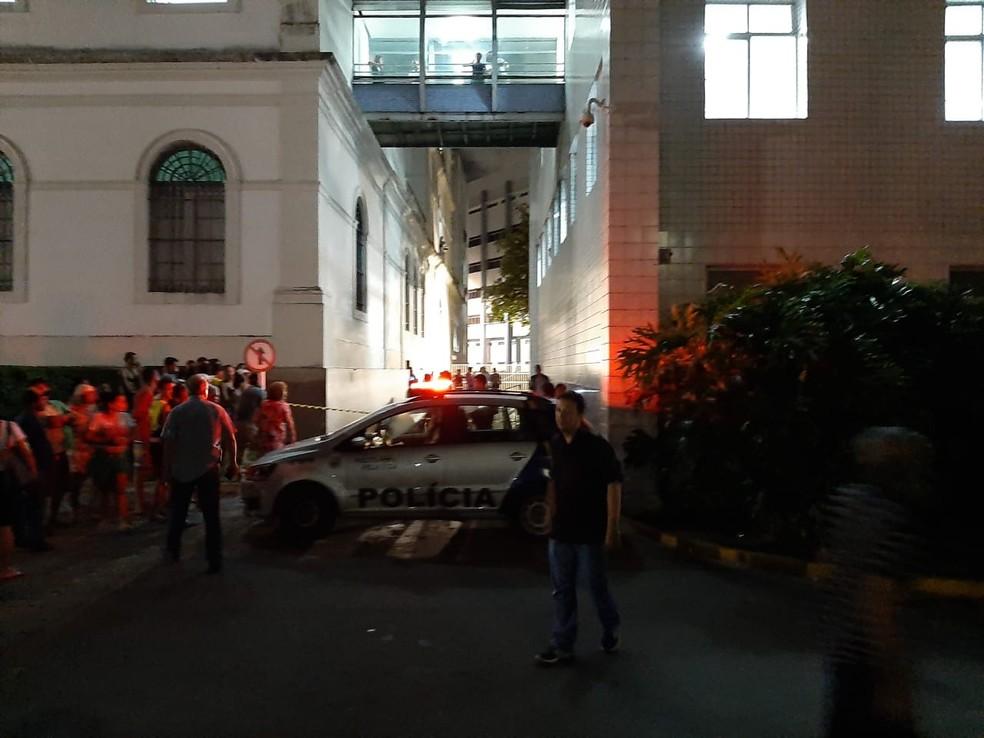 Polícia foi acionada para o caso de assassinato ocorrido entre os hospitais Pedro II e Oscar Coutinho, que ficam no terreno do Imip, nos Coelhos, no Recife  — Foto: Reprodução/WhatsApp
