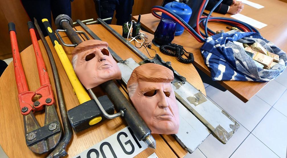 Irmãos suspeitos de assaltar usando máscaras de Trump são presos na Itália (Foto: Alessandro Di Marco/ANSA via AP)