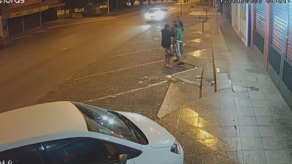 Torcedor do Gama é agredido na rua por integrantes de torcida rival, no Distrito Federal — Foto: Reprodução