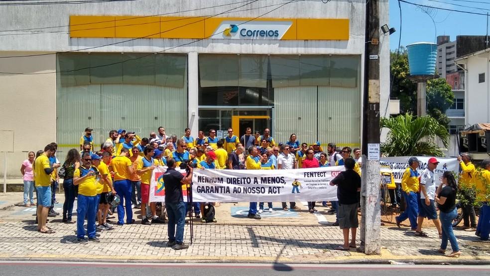 Funcionários dos Correios do RN fizeram ato no primeiro dia de greve em Natal — Foto: Sebastião Morais/Inter TV Cabugi
