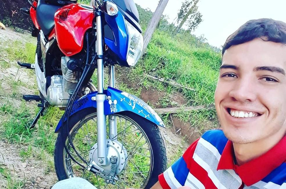 Motociclista que girou no ar após bater em carro em São Miguel Arcanjo é transferido de hospital  — Foto: Arquivo pessoal