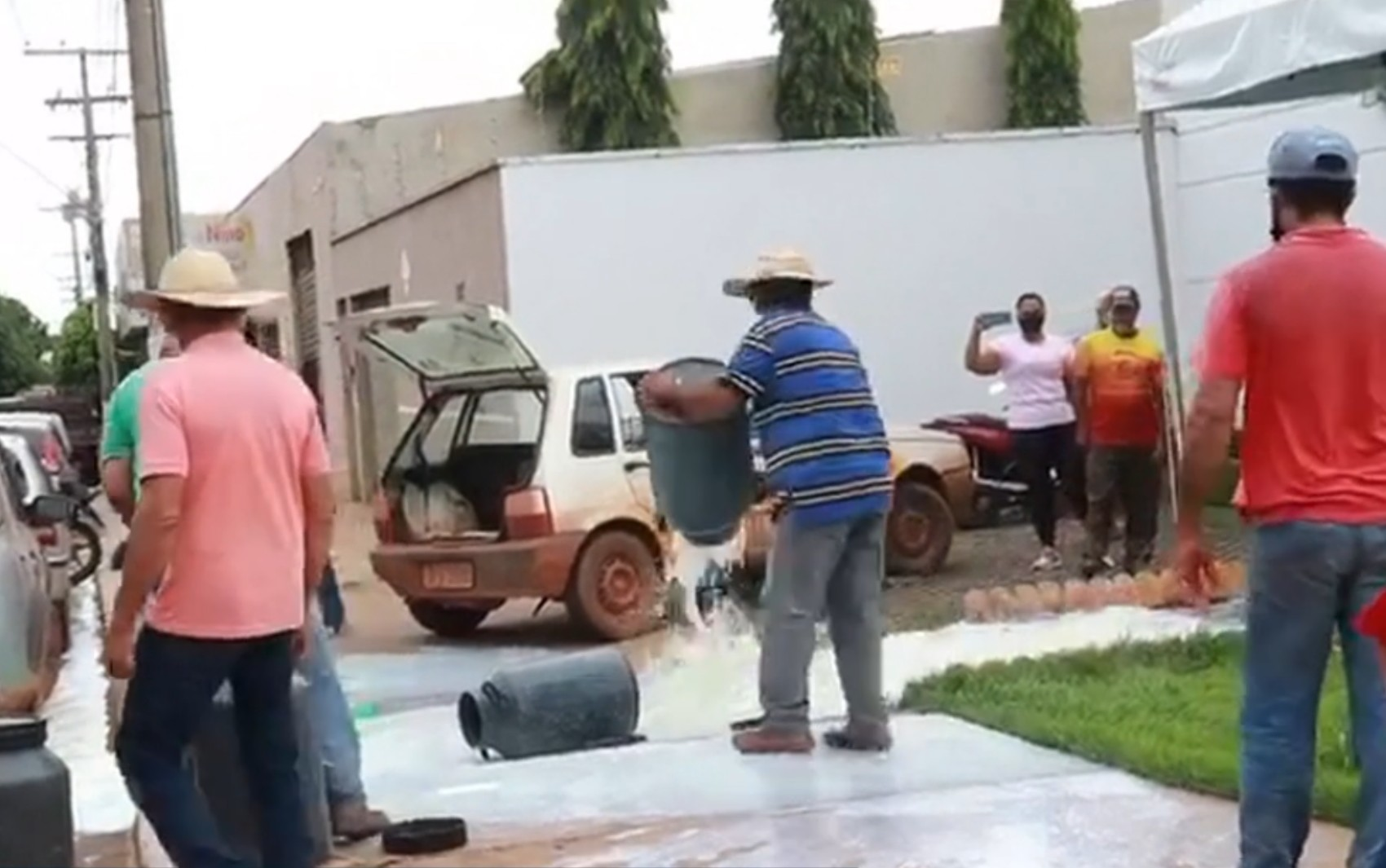 Produtores despejam leite estragado em frente à Enel para protestar contra falta de energia em Palmeiras de Goiás