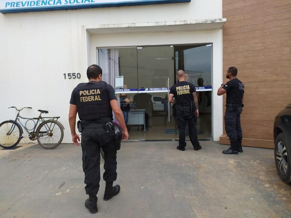 Agentes da PF cumprem mandados de busca e apreensão em Jaru — Foto: Rinaldo Moreira/G1