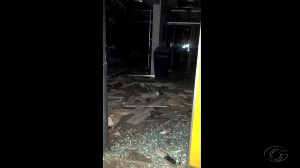 Agência ficou destruída após ação dos criminosos (Foto: Reprodução/TV Gazeta)