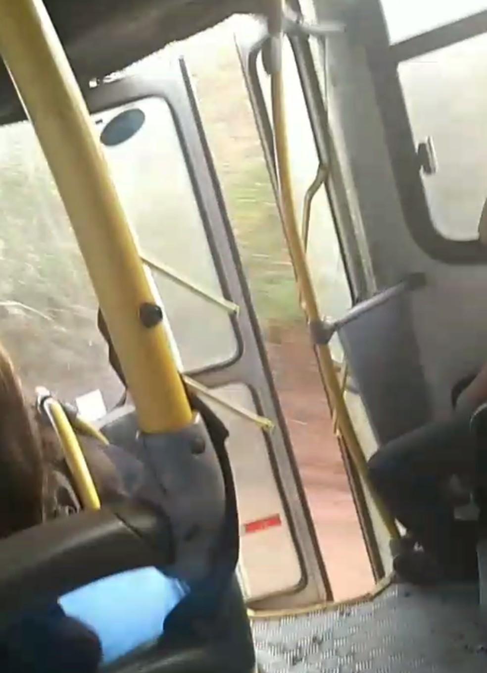 Em outro vídeo, enviado por alunos, o mesmo ônibus aparece em movimento com a porta aberta. — Foto: Arquivo Pessoal