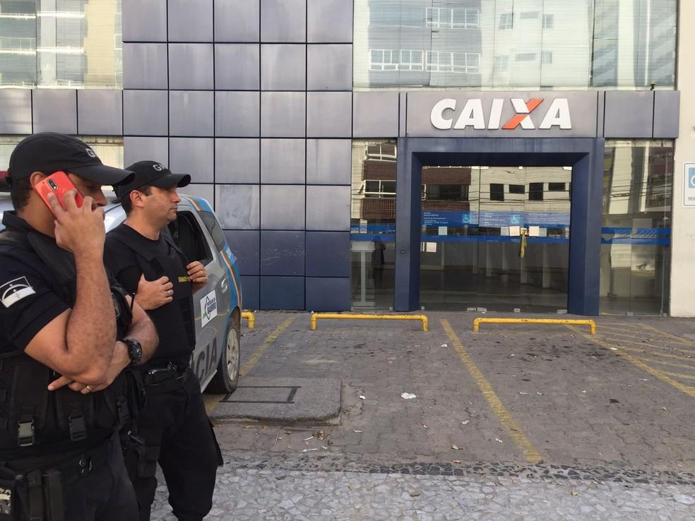 Agência da Caixa de Olinda foi alvo de bandidos, na madrugada desta segunda-feira (16) (Foto: Mônica Silveira/TV Globo)