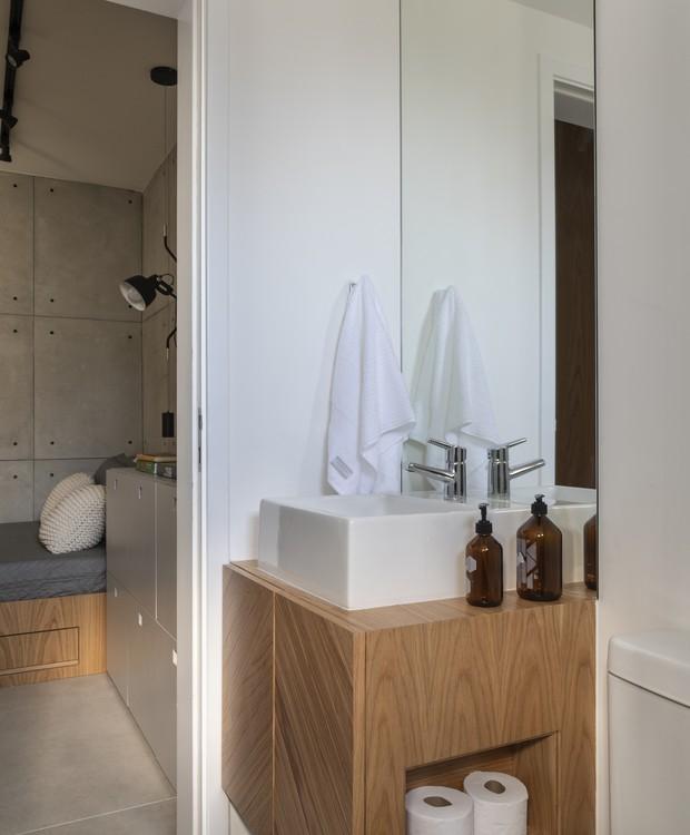 No espaço exíguo do banheiro, a marcenaria foi o truque para deixar os itens necessários bem posicionados  (Foto: Evelyn Müller/Divulgação )