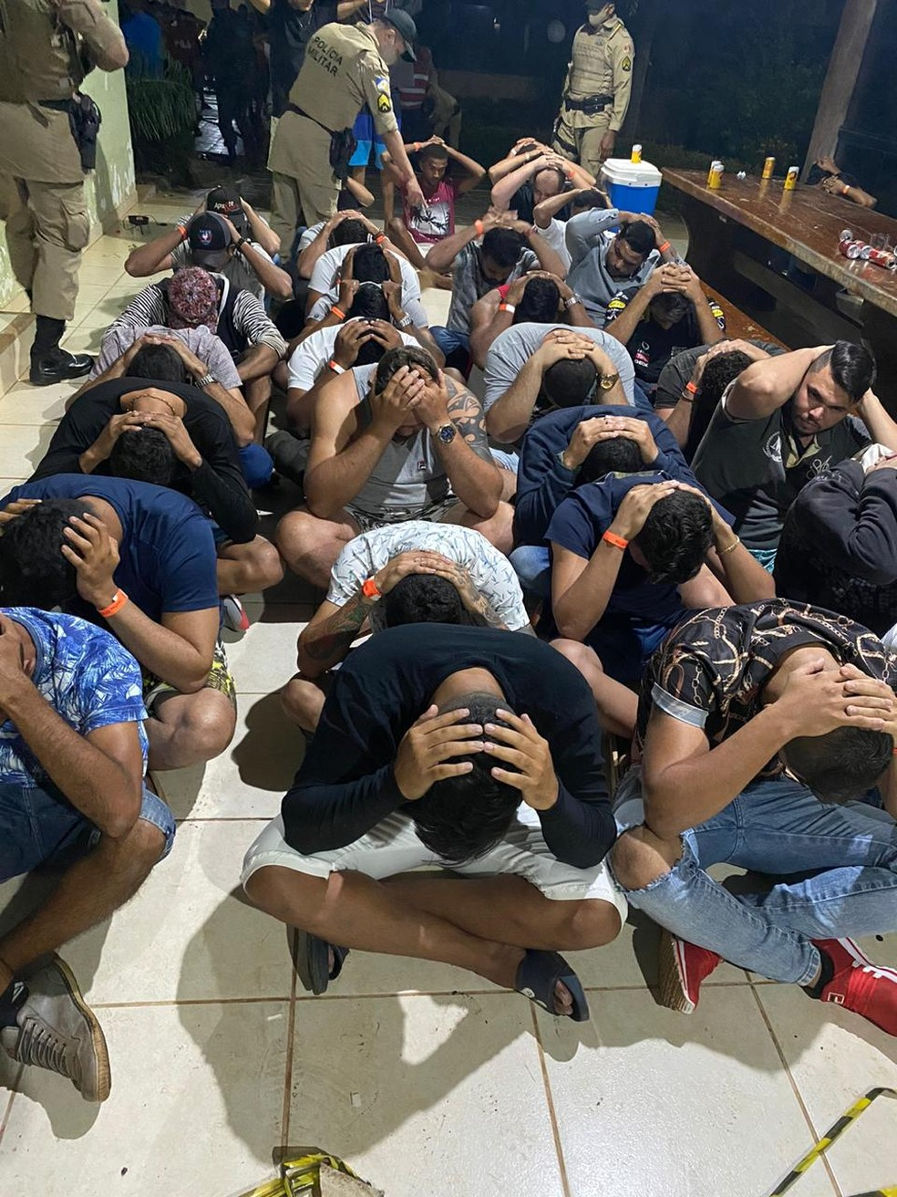 Participantes de festa passaram por averiguação da PM — Foto: PM/Divulgação