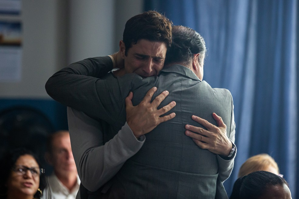 Régis (Reynaldo Gianecchini) recebe abraço do pastor durante primeira vez em culto, em 'A Dona do Pedaço' — Foto: Artur Meninea/Gshow