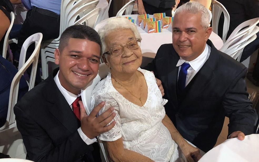 Lourdes, de 90 anos, fez questão de ir ao casamento do neto Danilo (à esqueda) com Múcio (à direita), no Recife — Foto: Pedro Alves/G1