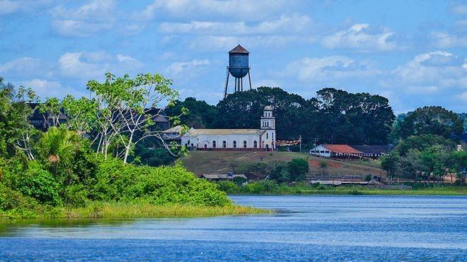 Vista do rio, a Fordlândia aparece como uma ilusão de ótica depois de se navegar no meio da selva (Foto: Getty Images/BBC)