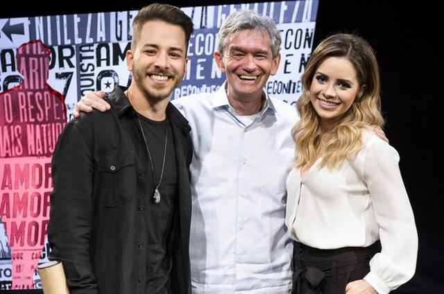 Sandy e Junior com Serginho Groisman no 'Altas horas' (Foto: Ramon Vasconcelos/ TV Globo)