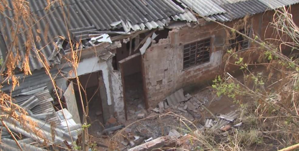 Estragos causados em casa atingida por ônibus em São Carlos — Foto: Reprodução/EPTV
