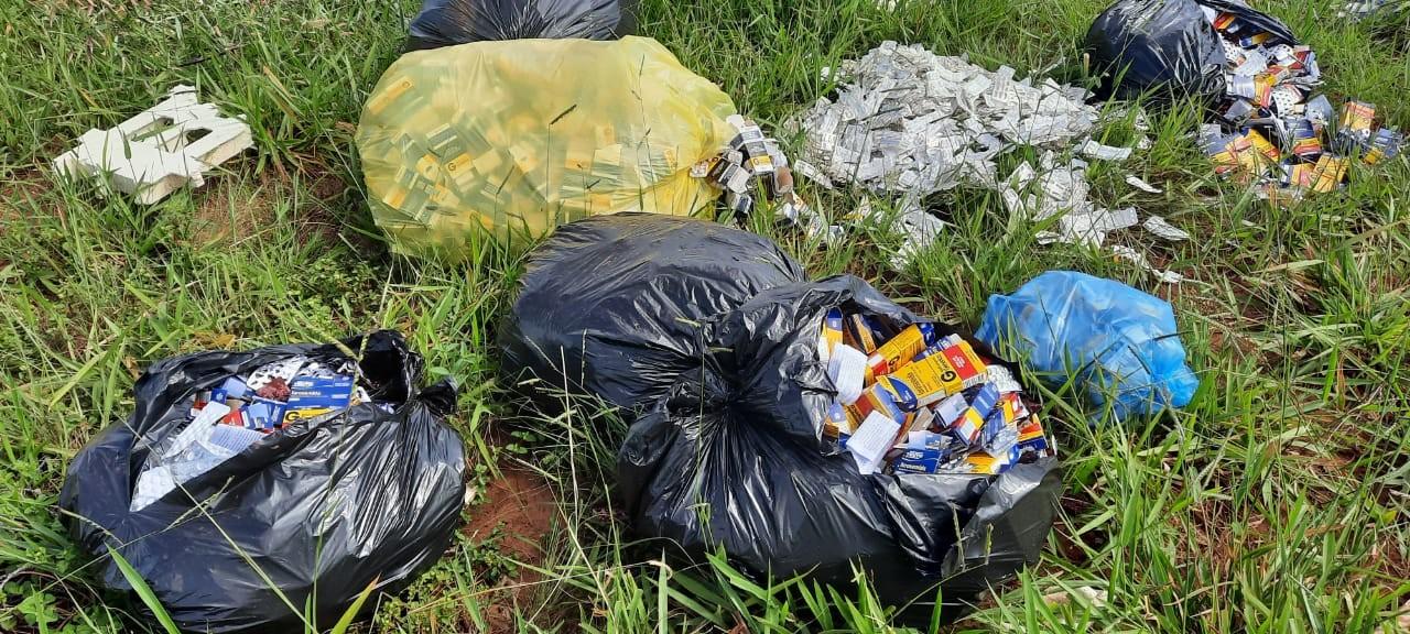 Caixas de remédios são encontradas às margens de estrada urbana em Uberlândia