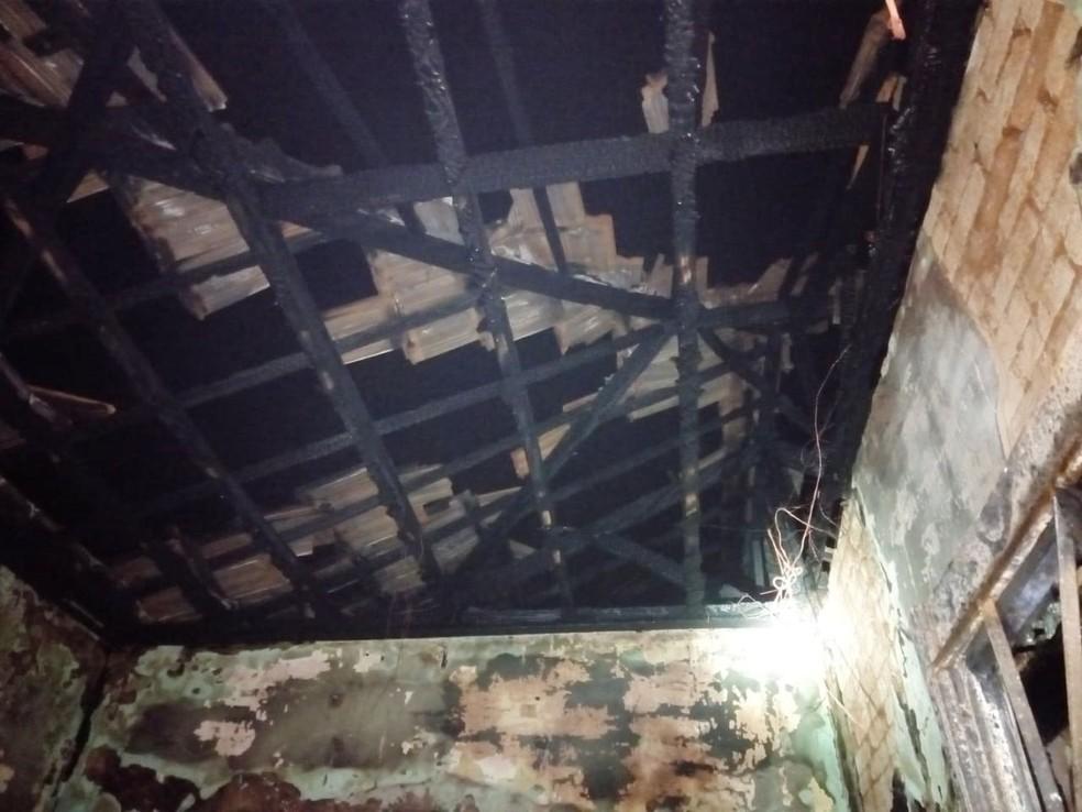Incêndio destruiu dois cômodos da casa em Presidente Epitácio — Foto: Danilo Ferron