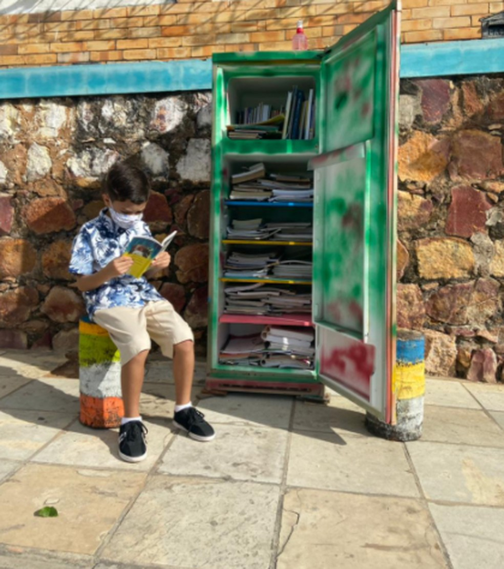 Geladeira Cultural foi criada  em frente à casa dele, no Bairro Encosta do Seminário, no Crato. — Foto:  Daniel Trévia