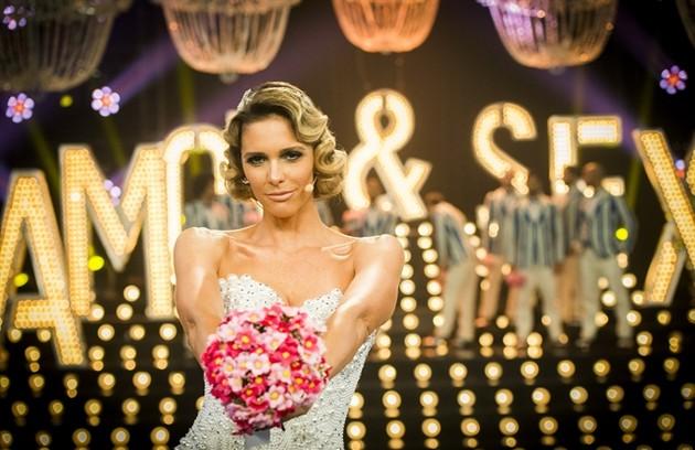 No programa sobre romance, ela usou um corset todo cortinado com 20 mil pérolas e dez mil cristais (Foto:  Globo/João Miguel Júnior)