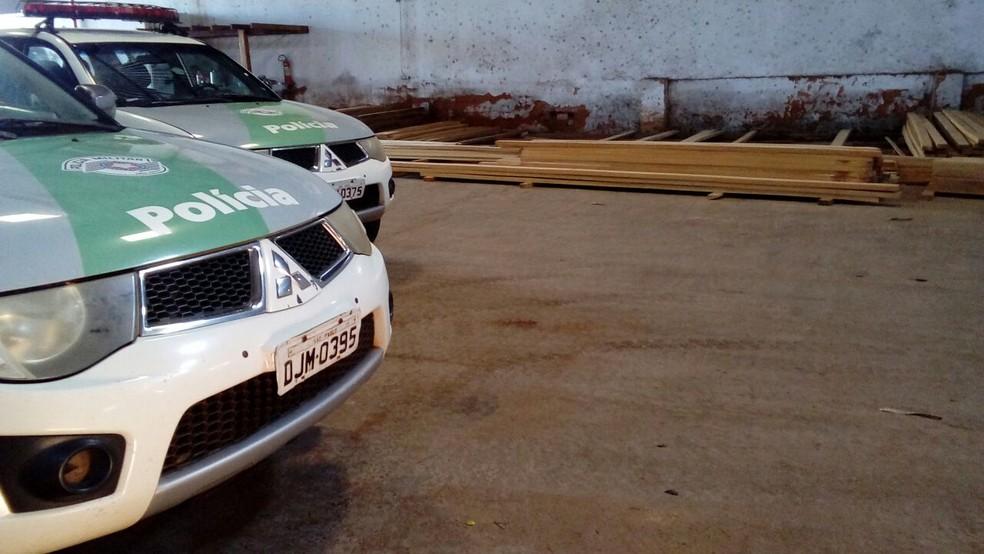 Madeireira foi autuada durante fiscalização da Polícia Militar Ambiental, em Pirapozinho (Foto: Polícia Militar Ambiental/Cedida)