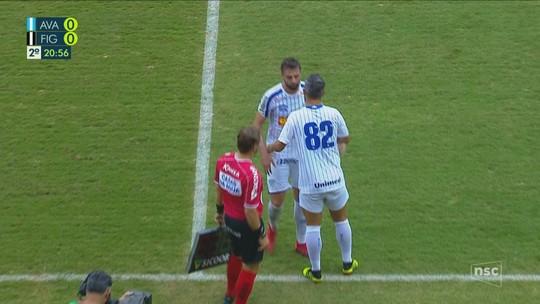 Douglas tem suspeita de contratura na estreia pelo Avaí e será avaliado