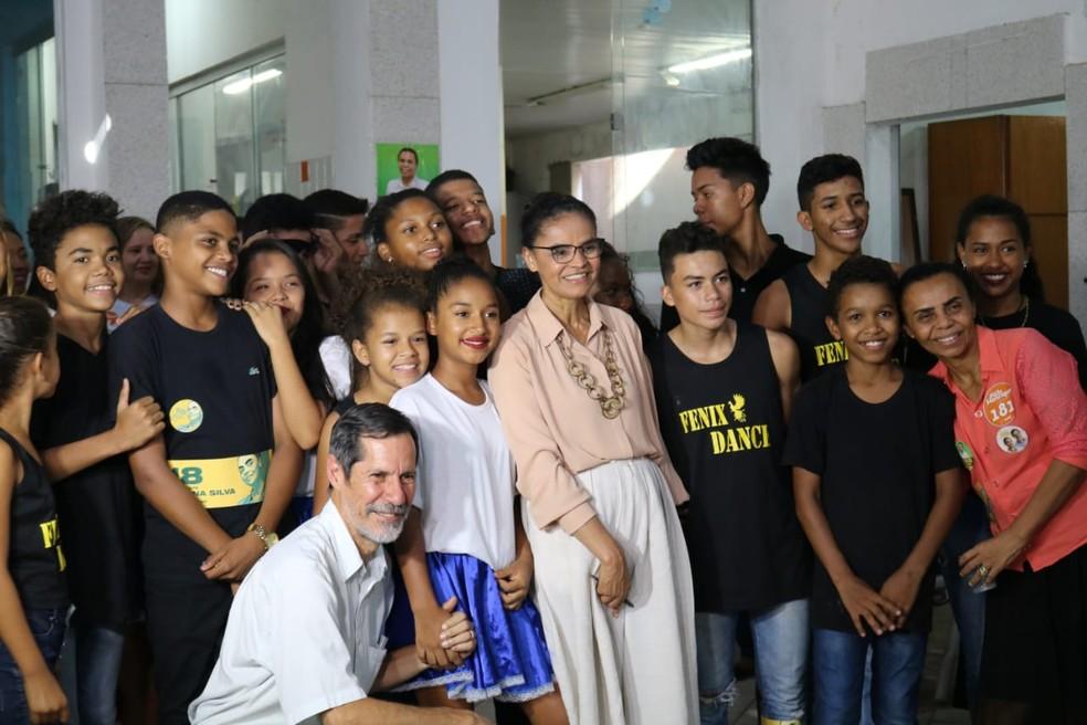 Marina Silva e Eduardo Jorge posam para foto com crianças em Teresina — Foto: Lucas Marreiros/G1