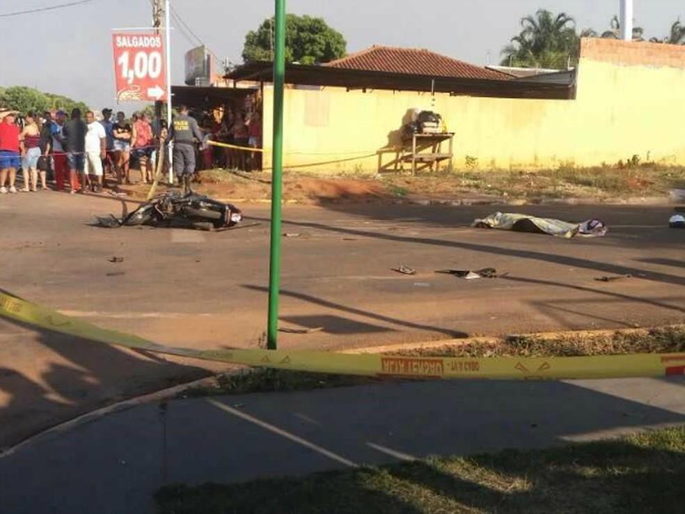 Vítima pilotava motocicleta quando foi atingida por caminhonete (Foto: TVCA/ Reprodução)