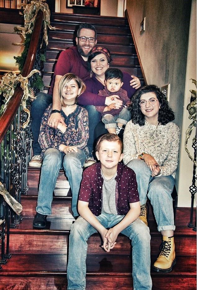De acordo com os pais, Ezra se adaptou bem à rotina familiar (Foto: Arquivo pessoal)