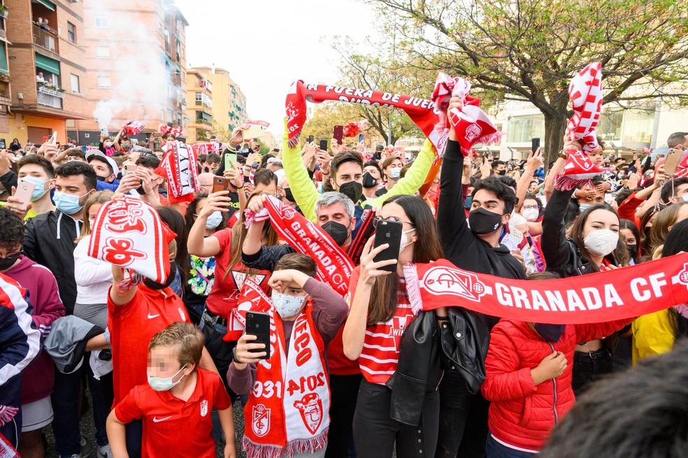 Torcedores aglomerados nas ruas de Granada para saudar o time antes do jogo contra o Manchester United pela Liga Europa — Foto: EFE/ Miguel Ángel Molina