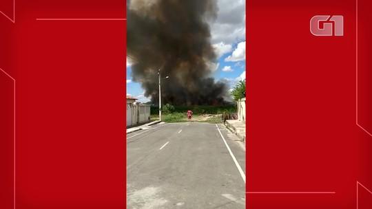 Incêndios tomam conta de áreas de vegetação próximo à lagoa e aeroporto de Iguatu