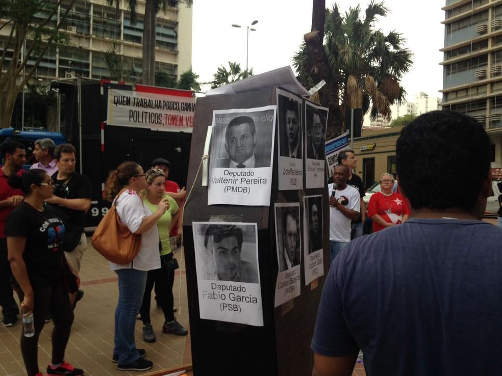 Cartazes com os nomes e fotos dos políticos foram colocados em praça, durante o ato (Foto: Leandro Agostini/Centro América FM)