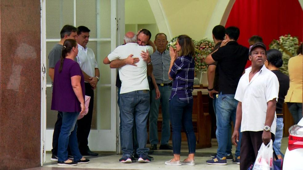 Filho da coordenadora pedagógica Marilena Ferreira Umezu chega da China para enterro da mãe — Foto: Reprodução TV Globo