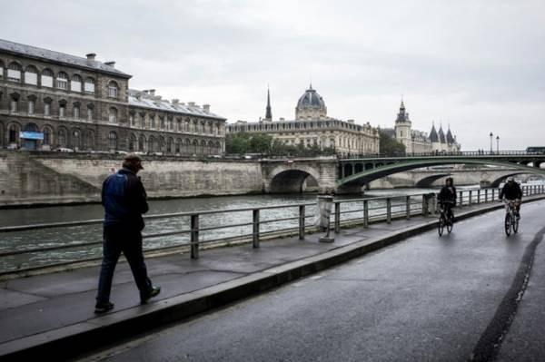 O fechamento da circulação de carros nas margens do Rio Sena tem como objetivo abaixar os níveis de contaminação por gases de efeito estufa e preservar o patrimônio parisiense (Foto: Ansa)
