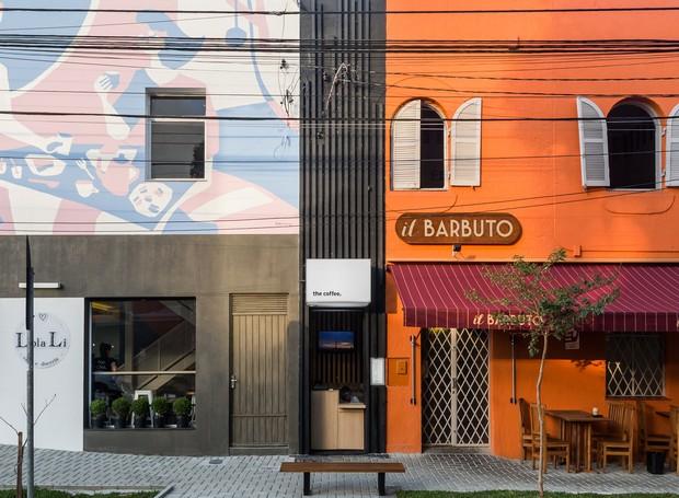 Fachada vertical ressalta medidas enxutas do projeto, fincado numa porta desativada do restaurante vizinho (Foto: Eduardo Macarios )