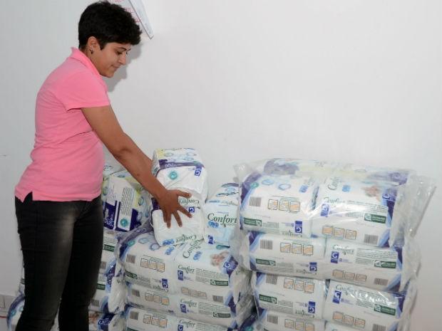 Alunos de creches municipais recebem alimentos e fraldas em Muriaé