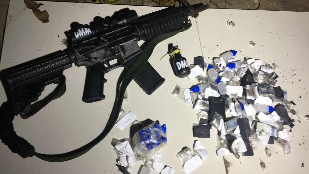 Fuzil e granada apreendidos com o traficante Da Mamãe (Foto: Reprodução)