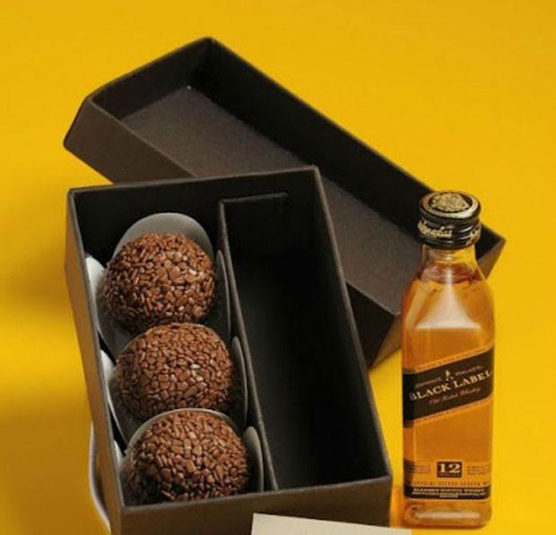 Lembrancinhas de casamento: Kit com bebida alcoólica e doces (Foto: Pinterest/Reprodução)
