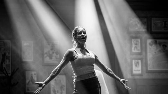 Danielle Winits mostra bastidores de espetáculo musical e afirma: 'O teatro é a minha raiz, o meu berço'