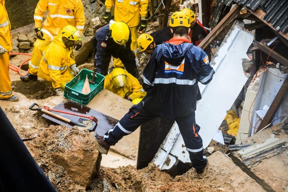 Trabalho de resgate das vítimas do deslizamento em Florianópolis — Foto: Diorgenes Pandini/ NSC