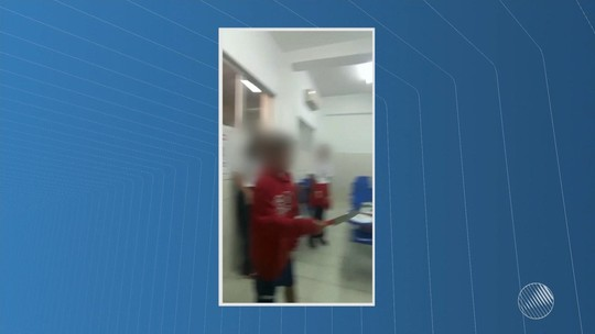 Estudante leva peixeira para escola; vídeo mostra aluno com objeto