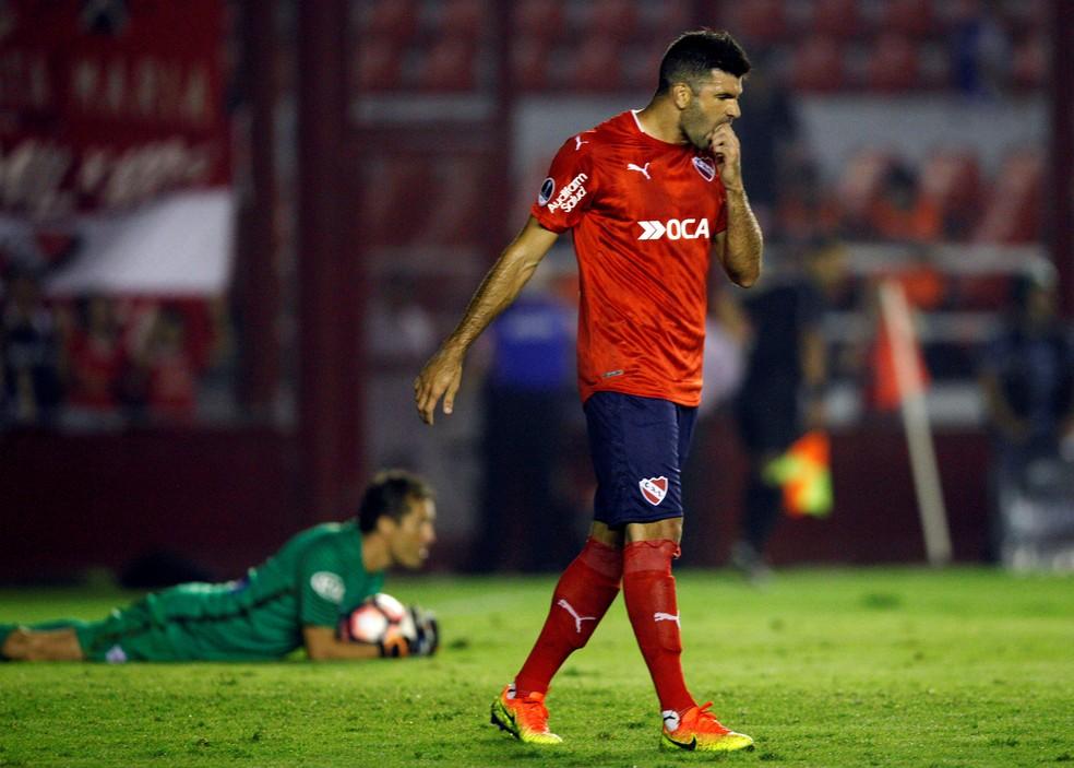 Gigliotti desfalca o time argentino em Porto Alegre (Foto: Martin Acosta/Reuters)